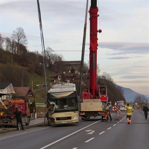 22.12.2014 - Schülerbus stürzt bei Niedernsill in einen Graben